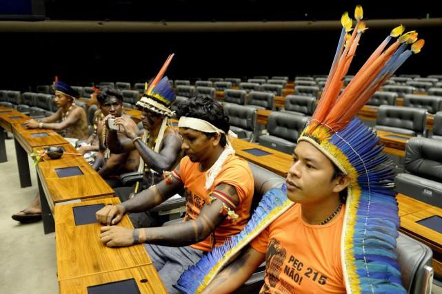 Parés de plumes, mais téléphone intelligent à la main, des centaines d'Indiens... (Photo EVARISTO SA, AFP)