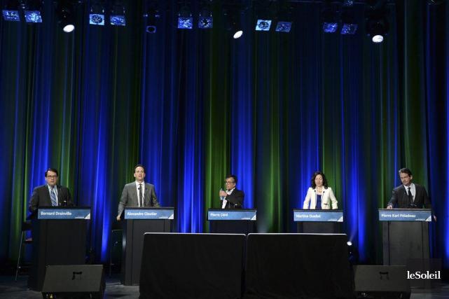 Les candidats ont lancé de nombreuses piques.... (PHOTO ERICK LABBÉ, LE SOLEIL)