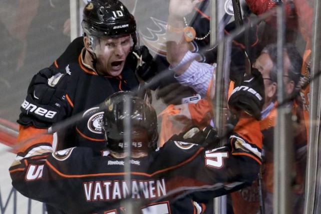Corey Perry et Sami Vatanen... (PHOTO CHRIS CARLSON, ASSOCIATED PRESS)