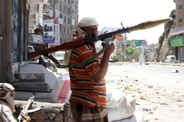 Aidés des militaires restés fidèles à l'ex-président Ali... (PHOTO TAHA SALEH, AFP)