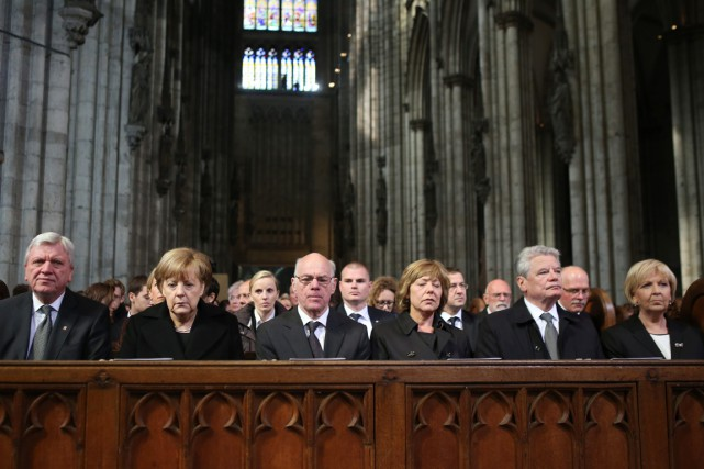 La chancelière Angela Merkel (2e en partant de... (PHOTO OLIVER BERG, AP)