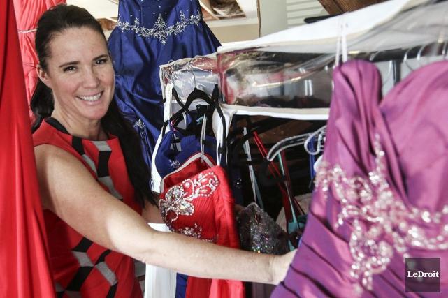 Isabelle Charbonneau offre gratuitement robe, souliers, sac à... (Patrick Woodbury, LeDroit)