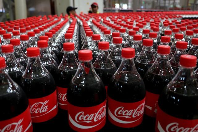 Ces annonces tombent au moment où Coca-Cola cherche... (Photo Tatan Syuflana, AP)