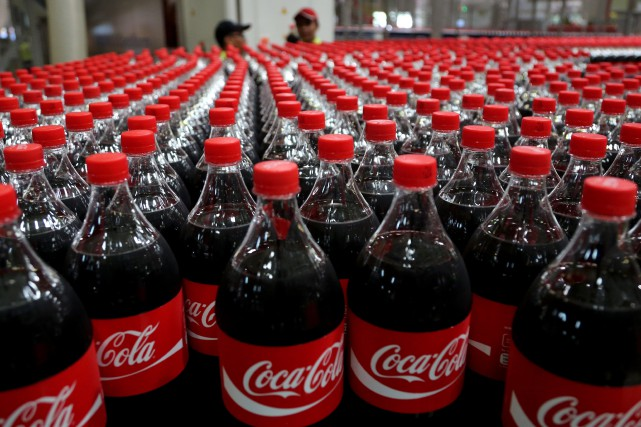 «Coca-Cola est en train de devenir un groupe... (Photo Tatan Syuflana, AP)