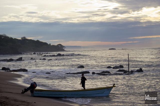 Unpêcheur prépare son bateau le matinà Los Caobanos.... (Photo David Boily, La Presse)