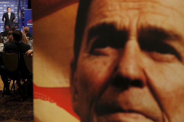 Une affiche géante de Ronald Reagan est vue... (PHOTO BRIAN SNYDER, ARCHIVES REUTERS)