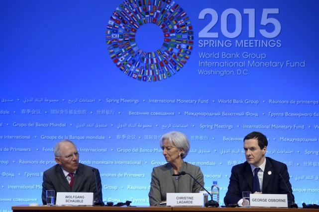 La directrice du FMI Christine Lagarde accompagnée du... (Photo Mike Theiler, Reuters)