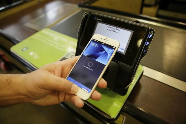 Apple Pay permet aux consommateurs de régler leurs... (Photo Eric Risberg, Archives AP)