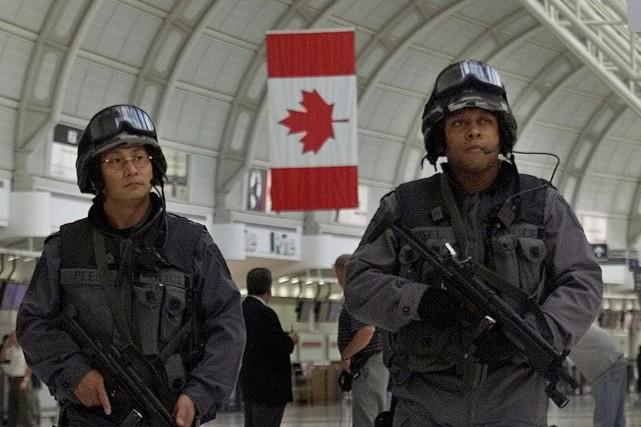 Des policiers en patrouille à l'aéroport de Toronto.... (Photo d'archives)