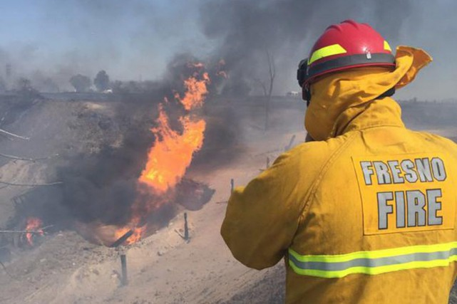 Le trafic nord et sud sur la 99... (Photo Fresno Fire Department, Reuters)