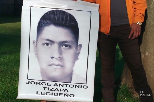 Hilda Legideño Vargas brandit une photo de son... (Photo Luz Rosas)