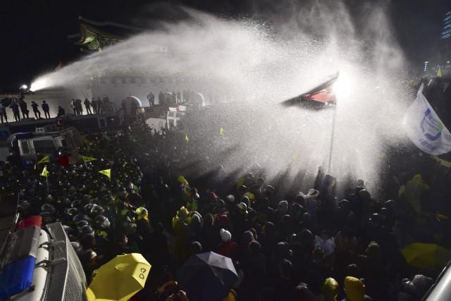 Les policiers ont arrosé avec un canon à... (PHOTO JUNG YEON-JE, AFP)