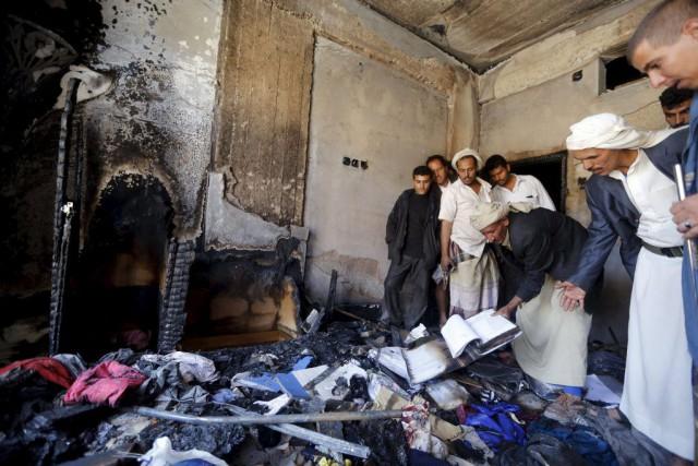Des résidants de Sanaa constatent les dégâts causés... (PHOTO KHALED ABDULLAH, REUTERS)