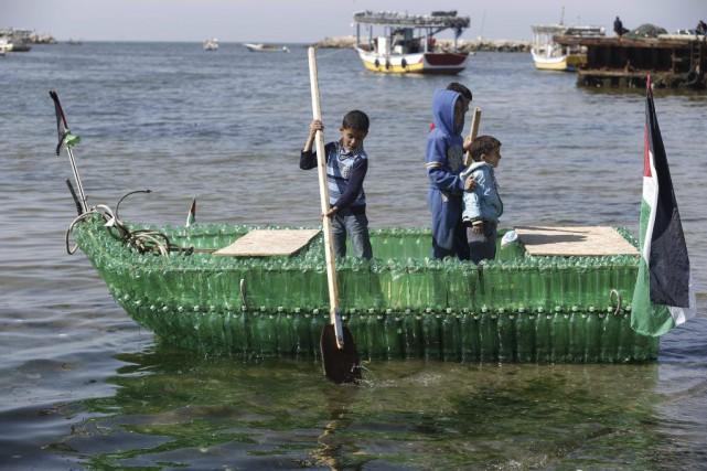 Il a fallu près d'un millier de bouteilles... (PHOTO MOHAMMED ABED, AFP)