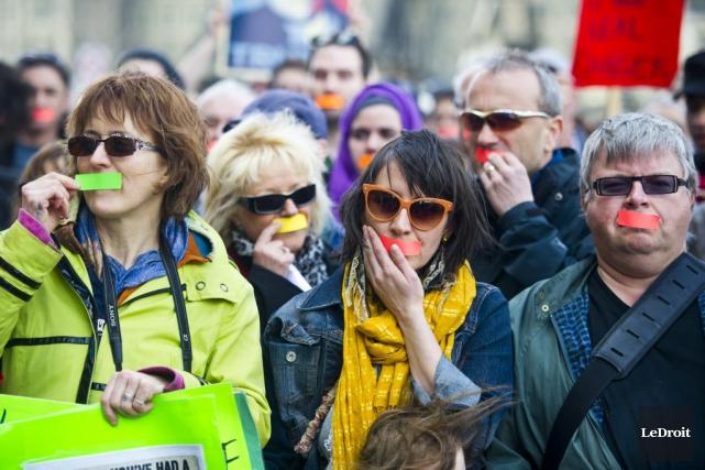 Environ 300 manifestants se sont rassemblés devant l'édifice... (Martin Roy, LeDroit)