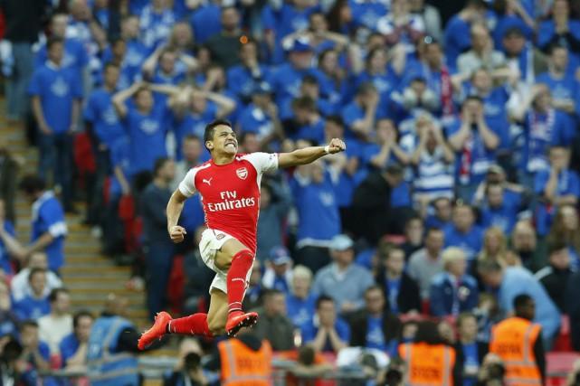 Alexis Sanchez a marqué les deux buts d'Arsenal.... (PHOTO ALASTAIR GRANT, AP)