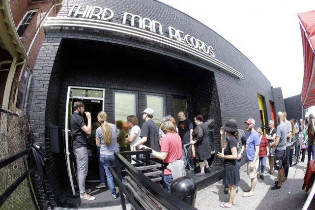 Des gens font la file pour entrer dans... (Photo Mark Humphrey, AP)