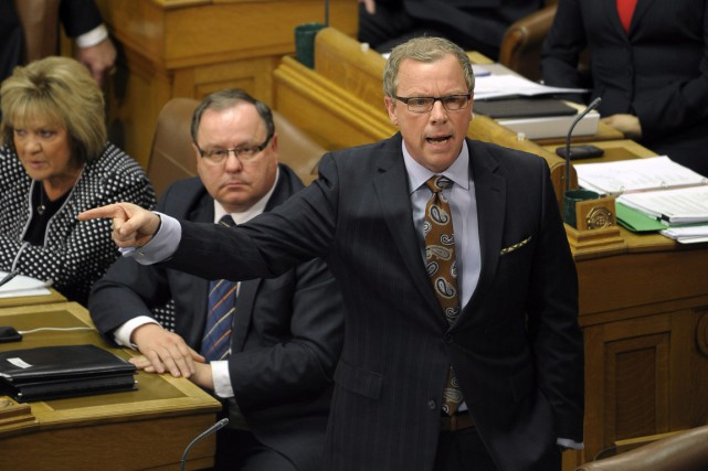 Du plus loin que le premier ministre Brad... (Photo Michael Bell, archives PC)