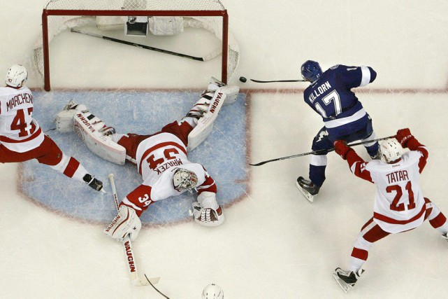 Alex Killorn marque dans les filets de Petr... (Dirk Shadd, The Tampa Bay Times/AP)