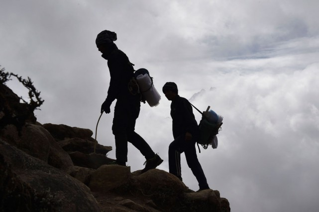 Des sherpas népalais... (Agence France-Presse)