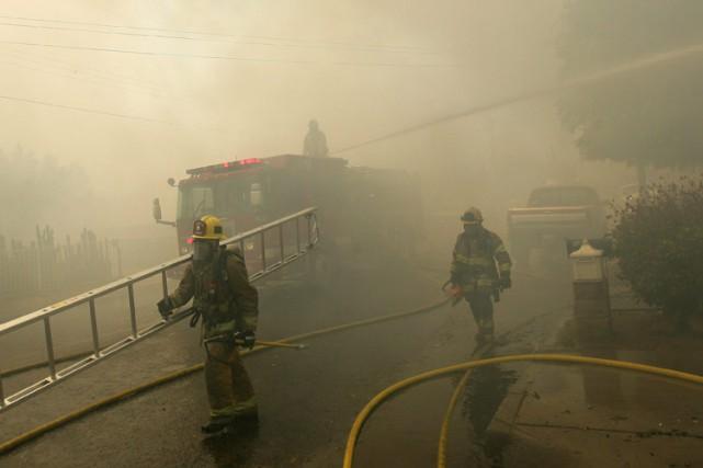 Des incendies de broussailles ont poursuivi rapidement leur progression... (Photo: AP)