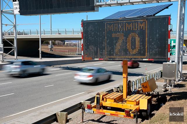 Les panneaux en place actuellement sur l'autoroute Robert-Bourassa,... (Photo Le Soleil, Erick Labbé)