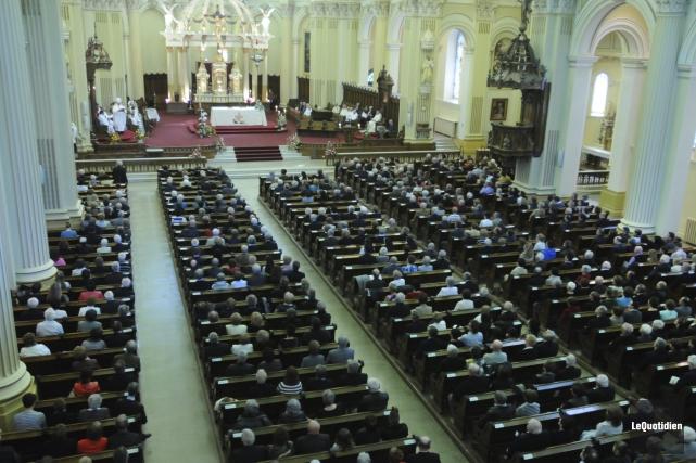La cathédrale de Chicoutimi était bondée hier après-midi... ((Photo Le Quotidien, Michel Tremblay))
