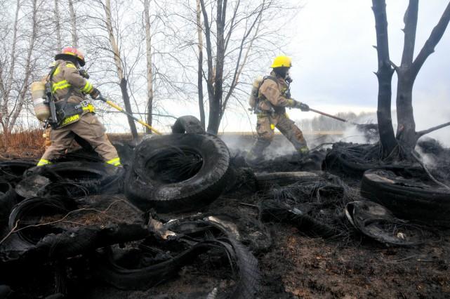 L'incendie d'une cinquantaine de pneus a provoqué une... (Photo collaboration spéciale Éric Beaupré)