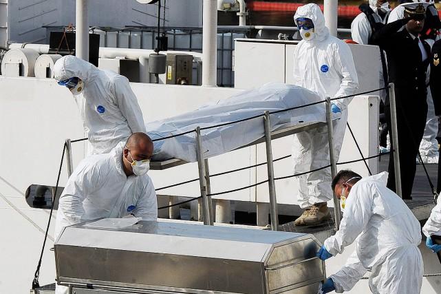 Les corps des 24 victimes sont arrivés lundi... (PHOTO LINO AZZOPARDI, AP)