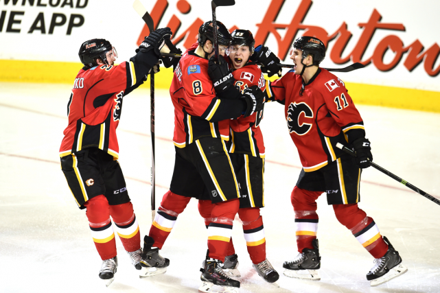 Sam Bennett (63) a été entouré par ses... (Photo Candice Ward, USA Today)