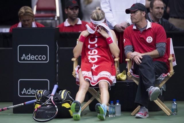 L'entraîneur de l'équipe canadienne Sylvain Bruneau conforte Eugenie... (La Presse Canadienne)