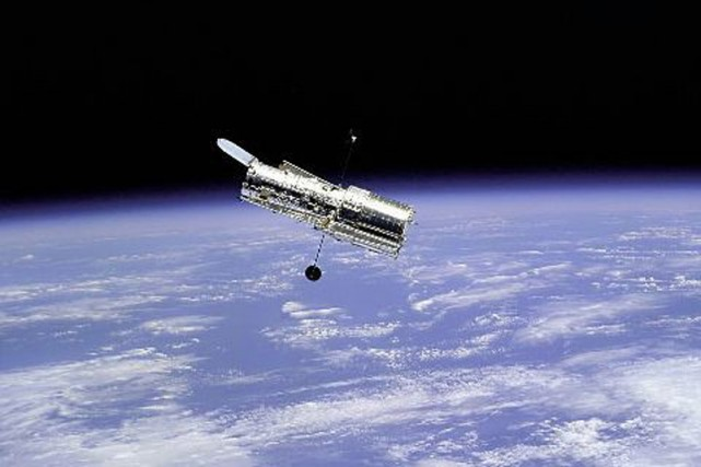 Le télescope spatial Hubble vu de la navette... (Photo archives AFP)