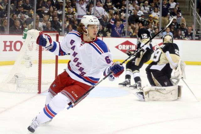 Henrik Lundqvist a repoussé 23 tirs et les Rangers ont défait les Penguins 2-1,... (Photo: Reuters)