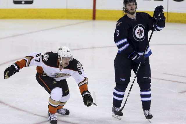 Richard Rakell et Jacob Trouba... (PHOTO TREVOR HAGAN, LA PRESSE CANADIENNE)