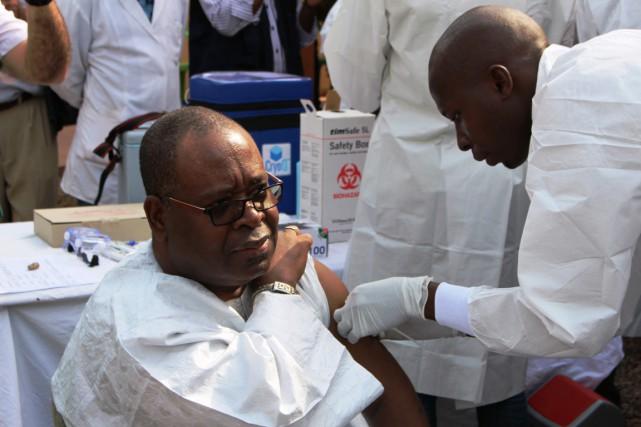 En Guinée, un homme reçoit une dose de... (PHOTO ISSOUF SANOGO, ARCHIVES AFP)