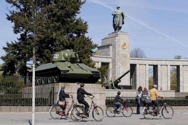 Des cyclistes passent devant un tank russeT34 au... (PHOTO FABRIZIO BENSCH, REUTERS)