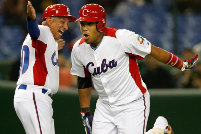 Yasmany Tomas était l'un des74 Cubains dans le... (Photo Koji Sasahara, archives AP)
