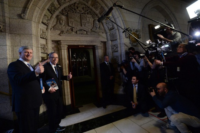 Le ministre des Finances, Joe Oliver, qui signait... (Photo La Presse Canadienne)