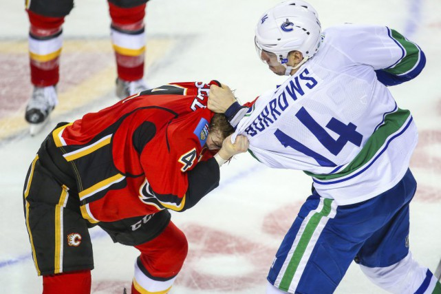 L'attaquant des Canucks de Vancouver Alexandre Burrows a dû être transporté à... (Photo USA Today Sports)