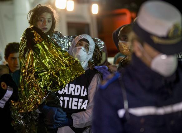 Plusieurs navires transportant illégalement des migrants en direction... (Photo Alessandra Tarantino, Associated Press)