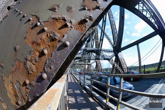 Le pont de Québec apparaît comme un sujet... (Photothèque Le Soleil, Jean-Marie Villeneuve)