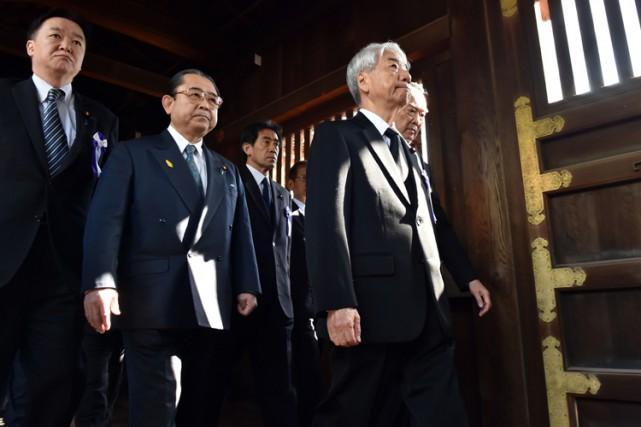 La visite des parlementaires nippons au Yasukuni survient... (Photo: AFP)