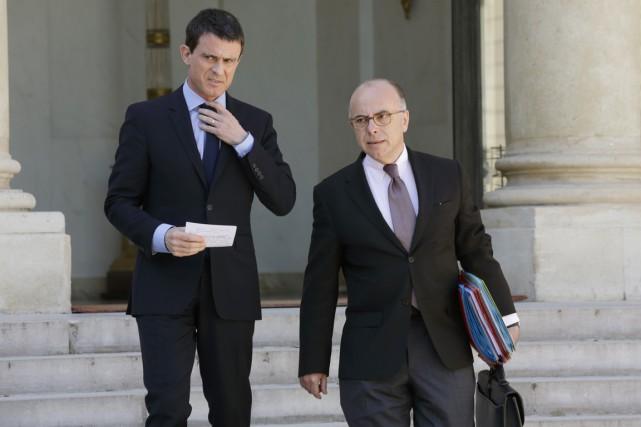 Le premier ministre Manuel Valls (à gauche) et... (PHOTO PHILIPPE WOJAZER, REUTERS)