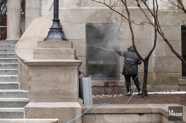 Grand nettoyage de l'édifice abritant le rectorat de... (PHOTO MARTIN CHAMBERLAND, LA PRESSE)