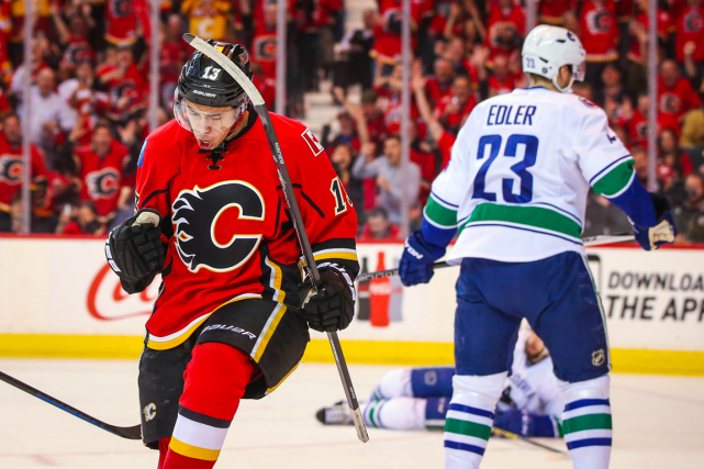 Johnny Gaudreau célèbre après avoir inscrit le premier but... (Photo Sergei Belski, USA Today)