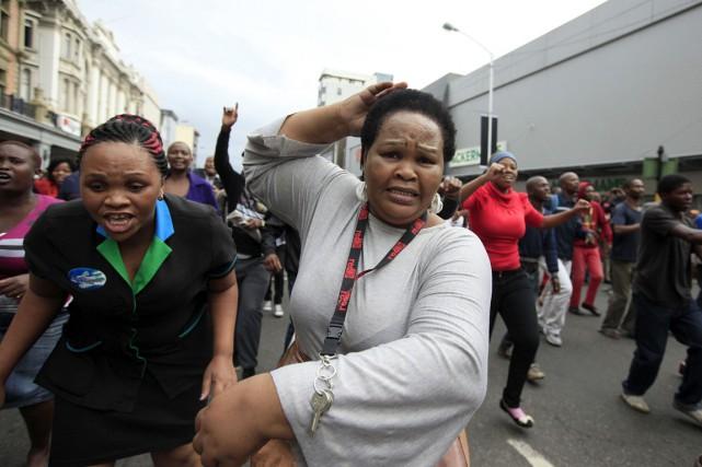 Des gens courent pour échapper au gaz lacrymogène... (PHOTO ARCHIVES AFP/STRINGER)