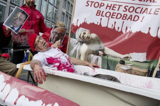 Les employés du secteur public ont débrayé pour... (PHOTO Yves Herman, REUTERS)