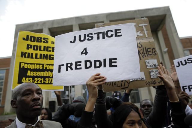 La police de Baltimore a convenu vendredi que l'homme noir décédé d'une... (PHOTO PATRICK SEMANSKY, AP)