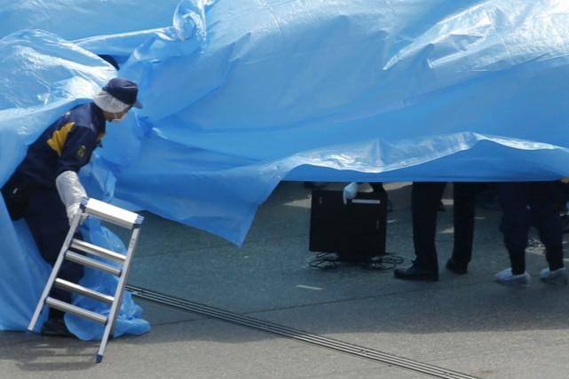Des dizaines de policiers se sont ensuite déployés... (PHOTO TORU HANAI, REUTERS)