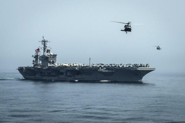 Le porte-avions Theodore Roosevelt s'est positionné près des... (PHOTO AFP/MARINE AMÉRICAINE)
